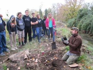 During the event, Lomakatsi restoration practitioners and environmental educators provided instruction on proper planting technique and taught students about the importance of streamside forest for providing important wildlife habitat and enhancing the health of riparian areas.