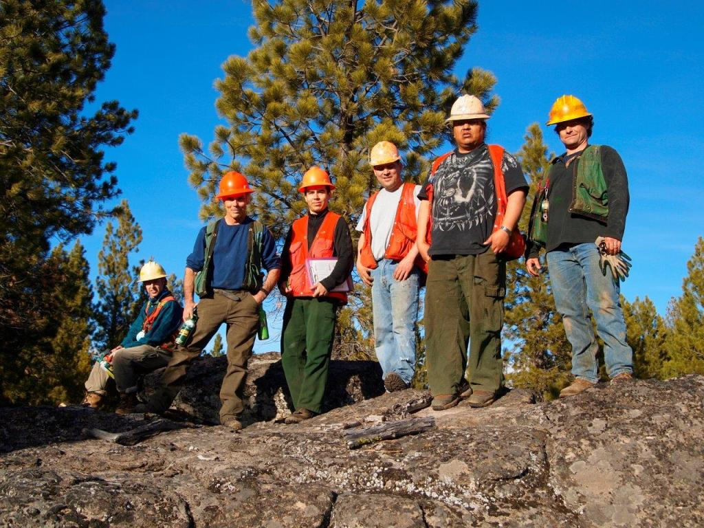 Forestry Technical Team members from The Klamath Tribes and Lomakatsi work together to layout forest resto-ration projects as part of three landscape scale steward-ship projects on the Fremont-Winema National Forest.